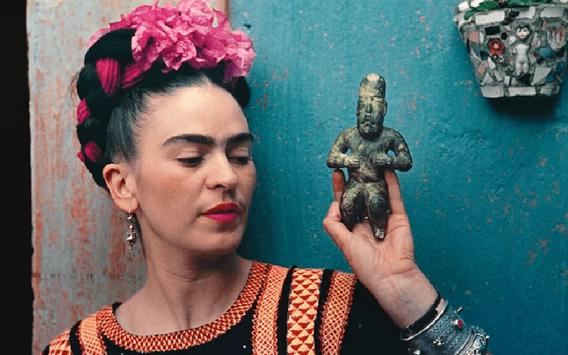 Frida with Olmeca Figurine (1939) ถ่ายโดยมูไรย์ (ที่มาภาพ www.theguardian.com/artanddesign/gallery/2017/apr/08/frida-kahlo-nickolas-muray-photos-pictures)