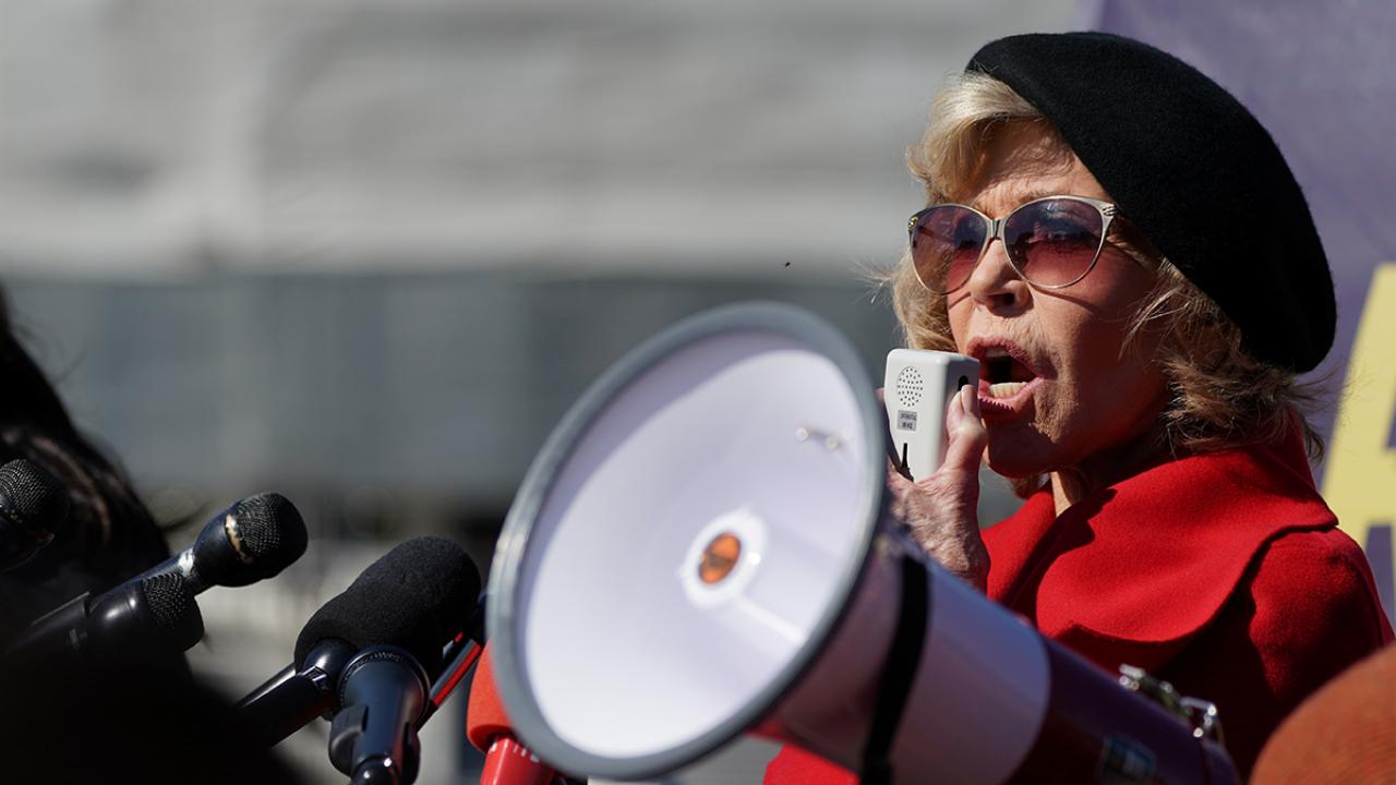 เจน ฟอนด้า : ฉันอายุ 81 ปีแล้ว และฉันจะมาประท้วงเพื่อให้ถูกจับทุกๆ วันศุกร์