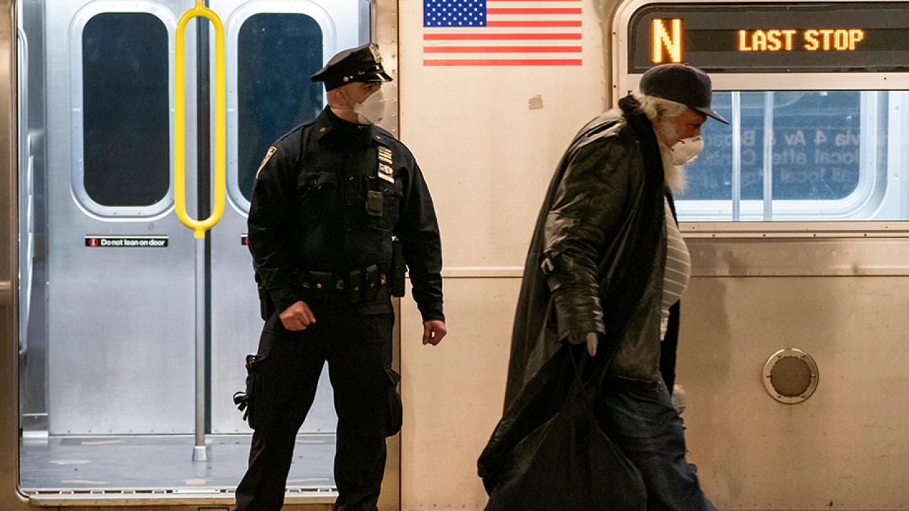 นักวิจัยพัฒนาหลอดไฟ UVC ฆ่าโคโรนาไวรัส นิวยอร์กเล็งติดตั้งในรถไฟใต้ดิน-รถเมล์